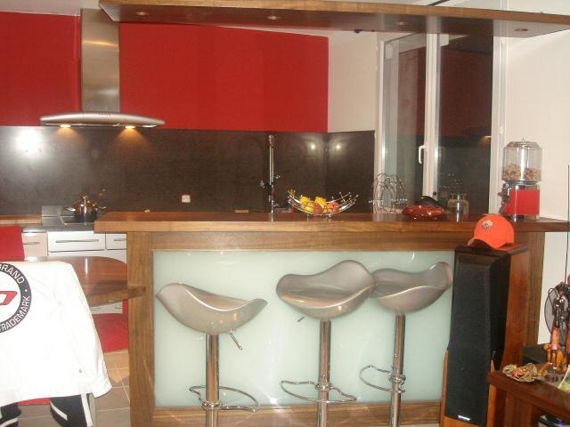 R alisation sur mesure de bar et comptoirs en bois pour Bar cuisine salon